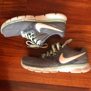 NIKE - Mint and grey walking shoes (Size 5.5)